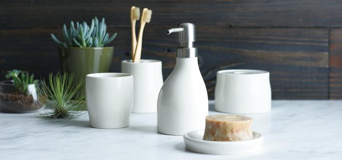 洗面所のアイテムは、同じ色味や質感、同じシリーズを使って統一感を出すとよりスッキリ見えます。こちらはシンプルでありながら、曲線を上手に生かした柔らかさのあるPLAGEのシリーズです。