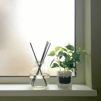 洗面所のインテリアには、グリーンを活用する方法も♪ふとした時に目に入るとリラックス効果が高まり、より居心地の良い空間に。洗面所に窓際があればそこに置くと、植物に光も入って、見た目も素敵ですね。小さなグリーンが一つあるだけでも、雰囲気ががらっと変わります♪
