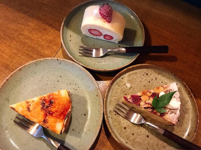 """ケーキはどれも美味しそうですね。 一番人気「キャラパリチーズケーキ」は、チーズケーキの上にメレンゲをのせ、表面をキャラメリゼしてあります。フォークを通すと""""パリッ""""と音が鳴る食感と香ばしさが絶品。苦味とコクが感じられるコーヒーと一緒にどうぞ。"""
