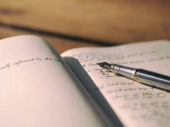 楽しかったことや、嬉しかったこと。その日1日の出来事を忘れないようにするために、日記をつけてみましょう。日記帳は面倒だなと思う人は、スケジュール帳に簡単にその日の出来事や気持ちを書き連ねるだけでもOK。その日あったイヤなことも文字にすることで、頭の中が整理され、気持ちが落ち着いてくるはずです。最後の一文はポジティブな言葉で締めくくるのがおすすめ。日記を習慣にすることで、過去を振り返った時に成長をダイレクトに感じられるうえに、ストレス解消や文章力アップなどメリットもたくさんありますよ。