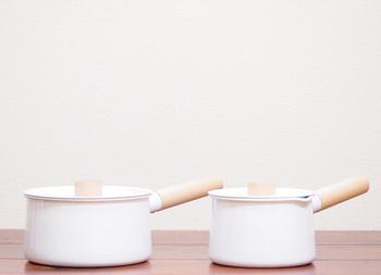 使う人のことを考えてつくられた、kaicoの琺瑯のミルクパンは、優しいフォルムとデザインが魅力的。木製の持ち手は熱くなりにくく、調理のしやすさと洗いやすさを考えた開口部も大きめに設計されています。琺瑯と楓の木の持ち手の組み合わせは、 とてもあたたかみがあり、キッチンにいつもおいて置きたくなる存在に…。