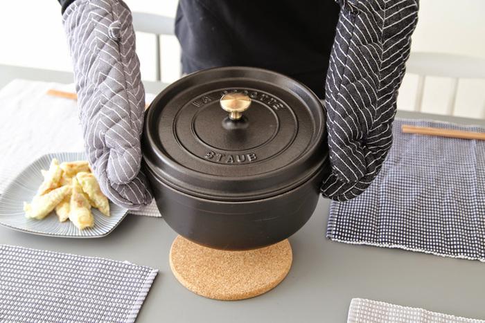 フランス製の鋳物ホーローメーカー「staub(ストウブ)」のお鍋は、プロのシェフも愛用している事で知られるお鍋。煮込み料理や炒め物、ローストなど、旨味を含んだ蒸気が自動的にお鍋の中を循環する仕組みになっているので、素材のうまみを引き出してくれます。