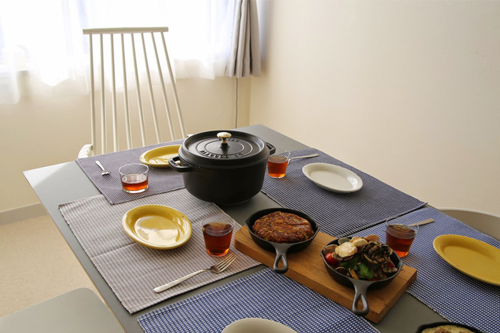見た目もとってもスタイリッシュな雰囲気で、食卓にそのまま出すのが楽しくなります。ストウブのお鍋は、保温性にも優れているので、食卓へ運んだお料理を温かいまま楽しむ事が出来ます。
