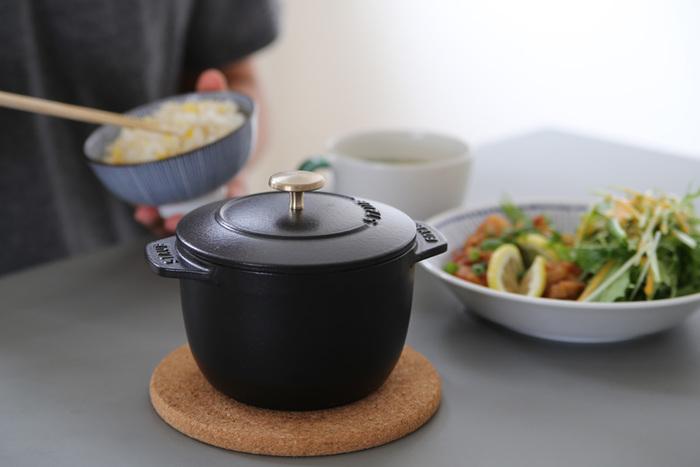 """もともと""""お米""""も炊くことが出来るストウブのお鍋ですが、こちらは、さらにお米が美味しく炊ける「La Cocotte de GOHAN」(ラ ココット de ゴハン)シリーズ。ご飯がふっくらと炊ける構造になっています。Sサイズは1合、Mサイズで2合のご飯を炊くことが出来るので、1人~2人分用に丁度いいサイズです。"""