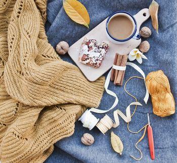 そんな冬のお家時間に、かぎ針編みでマフラーや帽子、手袋を編んでみませんか?