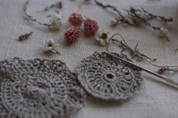 かぎ針編みなら、針と毛糸だけでサクサクと編むことができるのでソファーで、ベッドで、カフェで。と、どこでも手軽に編めるのもよいところ。