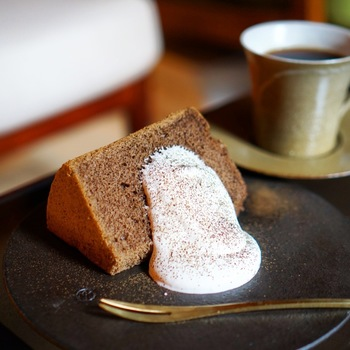 カフェ限定のスウィーツセットは、「ほうじ茶のシフォンケーキ」と「フォンダン・ショコラ」の2種です。 こちらの「ほうじ茶のシフォンケーキ」は、「一保堂茶舗」の極上ほうじ茶を贅沢に使い、すっと香り立ちながらも苦くなりすぎないバランスです。軽めの生クリームを添えてさらっといただけます。