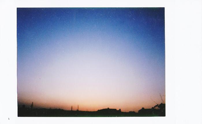 夕焼けのグラデーションも、ポラロイドで撮影すると絵画のよう。もったりした質感が新鮮。