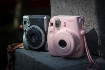 ピンク色と丸みのあるデザインが可愛いこちらのチェキは、持っているだけで楽しくなっちゃいそうです。