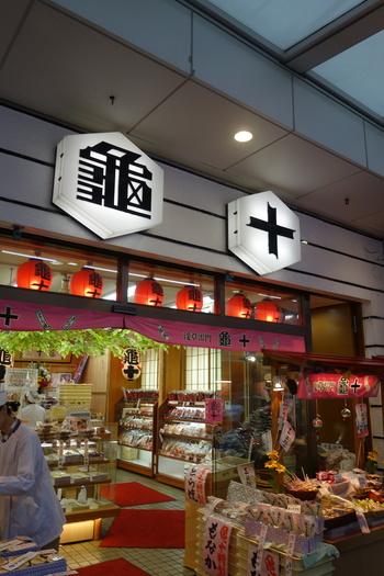 東京メトロ銀座線、浅草駅から徒歩1分。一度食べると忘れられなくなるパンケーキのような食感を、ぜひ味わって!早いときには午前中に売り切れてしまうこともあるどら焼きです。