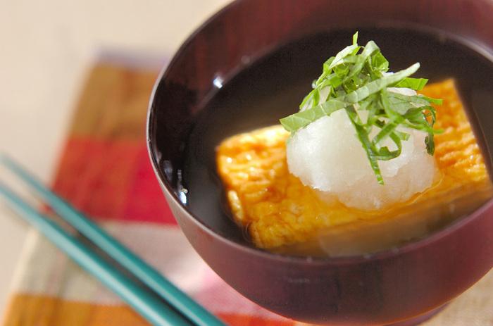 まるで料亭みたいに上品な、だし巻き卵のおろしスープ。出し巻き卵を器に盛りつけて、チキンスープの素などでつくったスープを注ぐだけ。シンプルなお料理なのですが、マスターしておけば、ワンランク上の高級な食卓に様変わりします。