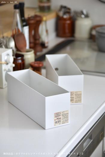キッチンまわりの収納で人気の「ファイルボックス」。特に「無印良品」のものはつくりがしっかりしているので型崩れしにくいのが魅力。大皿などの収納にも適していますが、ここにキッチンタオルを入れてみてはいかがでしょうか。