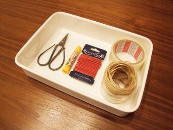 ハサミやテープ、接着剤など同じシーンで使うものは、同じボックスにいれてお片づけ。引き出しに入れるより、一緒に移動したほうが楽ちんな場合もありますよ♪