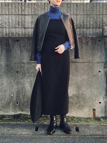 シンプルでありながら、都会的で洗練されている。そんな印象を与える「オールブラックコーデ」。重くなりがちな全身黒のスタイリングは、アクセントカラーを一つ加えることで、着こなしが軽くなり垢抜けた印象になります。こちらのコーディネートは黒×ブルーの配色が大人っぽい雰囲気。ジャケット×ワンピースのIラインシルエットも、女性らしくて素敵ですね。
