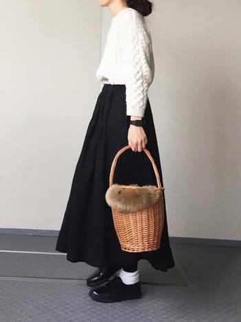 白ニット×ふんわりスカートの組合せが大人可愛いスタイリング。コーディネートに軽やかさと女性らしさをプラスする、ナチュラルなかごバッグもおしゃれですね。トレンドのファーアイテムを取り入れるだけで、一気に着こなしの鮮度がUP。