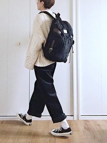ボリュームのあるざっくりニットに、メンズライクな太パンツを合せたおしゃれな白黒コーデ。リュック×スニーカーのボーイッシュな着こなしも、白と黒のシックな配色で大人っぽい印象に。ニットとパンツのシンプルなスタイリングでも、旬のワイドシルエットなら今年らしい雰囲気で着こなせますよ。