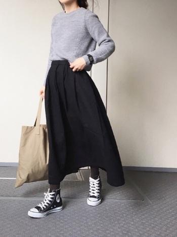 モノトーンコーデに軽やかさと上品さをプラスするグレーは、重くなりがちな冬コーデにこそ積極的に取り入れたいカラー。黒のロングスカート×グレーのニットを合わせたこちらのスタイリングは、ナチュラルで優しい雰囲気がとっても素敵です。やわらかい色味のバッグが、より女性らしさを演出してくれますね。