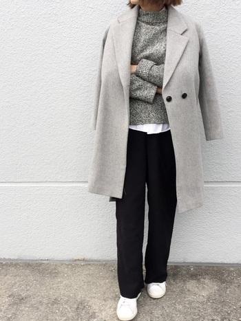 チェスターコート×ワイドパンツのマニッシュコーデも、グレーをメインにすることで上品で優しい印象に。ニットから覗かせたシャツと足元のスニーカーで、さりげなく白を効かせたクリーンな着こなしがおしゃれですね。