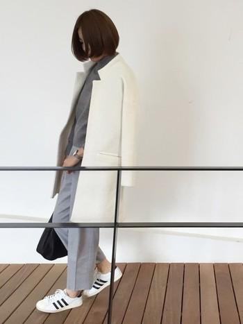 一枚羽織るだけで全身のトーンが明るくなる「白コート」。白独特のノーブルなイメージは、大人の女性の着こなしにぴったりです。こちらのように柔らかい印象のグレーのワントーンコーデに合わせると、白コートの上品さがさらに引き立ちますね。程よいぬけ感とリラックス感を演出する、ニット×ワイドパンツのゆるめシルエットもお洒落です。
