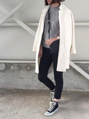 ブラックデニム×スニーカーのカジュアルスタイルも、白コートを羽織るだけで一気にこなれ感UP。時計やバッグなど上品な小物をセレクトすると、コーデ全体がさらに洗練された印象になります。モノトーンコーデが好きだけど、大人っぽく上品に着こなしたい。そんな時はぜひ「白コート」をコーデの主役にしてみませんか?