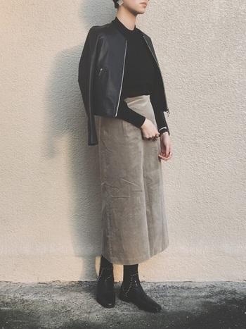 クールなブラックコーデに、やわらかさと品を添える「ベージュ」と「ブラウン」のアイテム。ブラックアイテムにベージュを効かせたこちらのコーディネートは、クールな着こなしながらも女性らしくて優しい雰囲気がとっても素敵ですね。「大人っぽさ」や「品の良さ」を感じさせる、ライダース×ロングスカートのタイトなシルエットもおしゃれ。