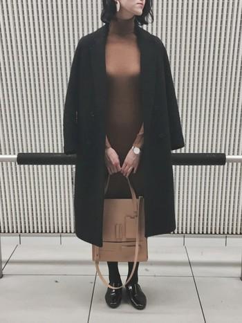 カチッとした雰囲気のブラックコートも、キャメルのニットワンピースで女性らしい印象に。シンプルなアイテム同士のコーディネートですが、エレガントな着こなしがとってもお洒落ですね。ベージュ系のアクセサリーやバッグなど、上品な小物使いもさっそく真似したくなります。
