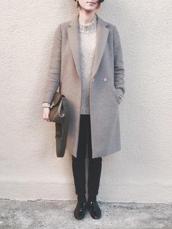シンプルな装いに一枚羽織るだけで、まろやかで女性らしい印象に仕上げてくれる茶系のコート。黒のボトムス&シューズで引き締めることで、シックで大人っぽい着こなしに。黒×ブラウンのダークカラーのコーデには、両方の色に品よく馴染むカーキのバッグをアクセントにすると◎。