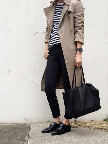 重くなりがちなモノトーンコーデに、軽やかさ&上品さをプラスするトレンチコート。ネイビーやブラウンなどのダークカラーにも合わせやすいので、大人の定番として1枚は常備したいアイテムです。白×黒でまとめたこちらのスタイリングも、洗練された大人っぽい着こなしがとってもお洒落ですね。