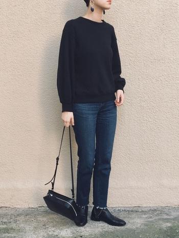 定番のデニムを大人っぽく着こなしたい方は、断然ブラックベースのモノトーンコーデをおすすめします。黒のトップス×デニムのシンプルコーデなら、こちらのスタイリングのように小物でアクセントを効かせると◎。大ぶりのアクセサリーやエッジの効いたブーツを取り入れれば、ぐっとこなれた雰囲気を演出できます。