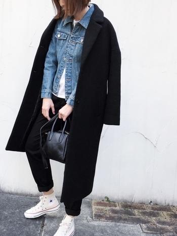 こちらはブラックコート×デニムジャケットのお洒落なレイヤードスタイル。定番のシンプルなロングコートも、カジュアルなデニムと組合せることで新鮮な印象に。程よく肩の力を抜いたリラックス感のある着こなしが素敵ですね。