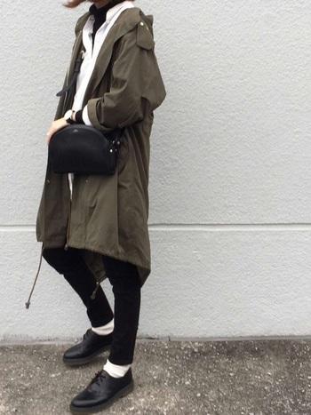 秋のトレンドカラー「カーキ」は、どんな色とも合わせやすい万能カラー。定番スタイルにカーキ色のアイテムを1点加えるだけで、トレンド感あふれる旬の着こなしが楽しめます。ミリタリーコートを合わせたこちらのスタイリングは、メンズっぽい辛口のスタイリングがとってもおしゃれ。トップスとボトムを白×黒の2色でまとめることで、カーキ色のスパイシーな魅力がさらに引き立ちます。