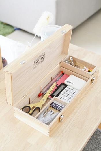 散らかってバラバラになりがちな小物をきちんと整えて。子どもの頃につかったお道具箱のようなボックスも、改めて見ると使いやすく理由があったんですね。DIY好きのひとなら工具などを入れるのもおすすめです。
