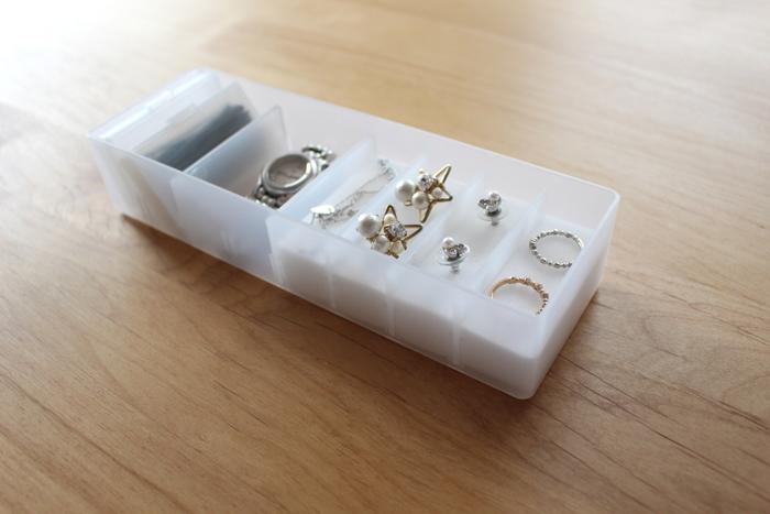 ボックスの下にスポンジを敷いて、上からアクセサリーを並べれば、見た目はもちろん取り出しやすく収納できますよ。アクセサリーの傷防止にもなるので、ぜひ試してみてくださいね。