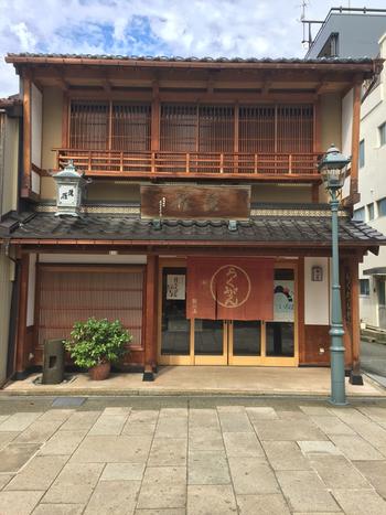 落雁で有名な諸江屋は江戸時代末期に創業した金沢を代表する和菓子店の1つです。にし茶屋街にある店舗にはカフェが併設され、抹茶やぜんざい、お汁粉などが楽しめます。