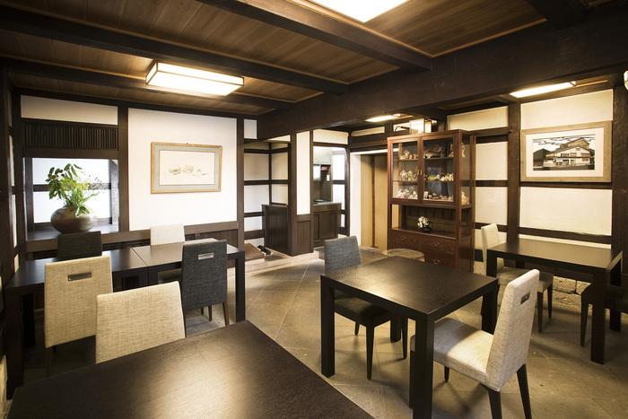 蔵を改装した茶寮。趣があって落ち着きます。2階はお座敷になっているので、家族連れやグループでの訪問におすすめです。