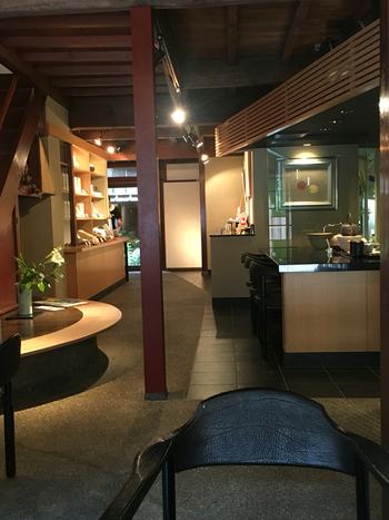 築150年以上の町家を改装した店内はシックにまとめられ、老舗の風格が漂っています。2階のギャラリースペースでは折々に様々な作品展が開催されているので、お茶を待っている間に足を向けてみてください。