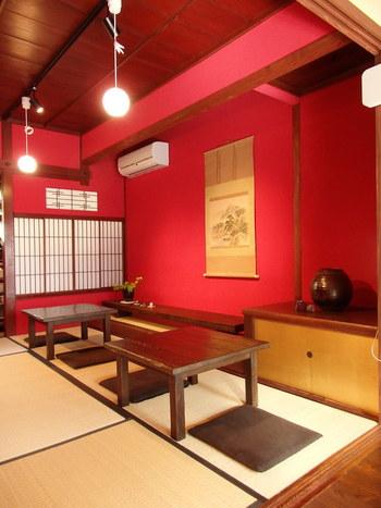 カフェスペースは2階になります。靴を脱いで上がるお座敷スタイル。数組で満席になってしまうため、予約がおすすめです。