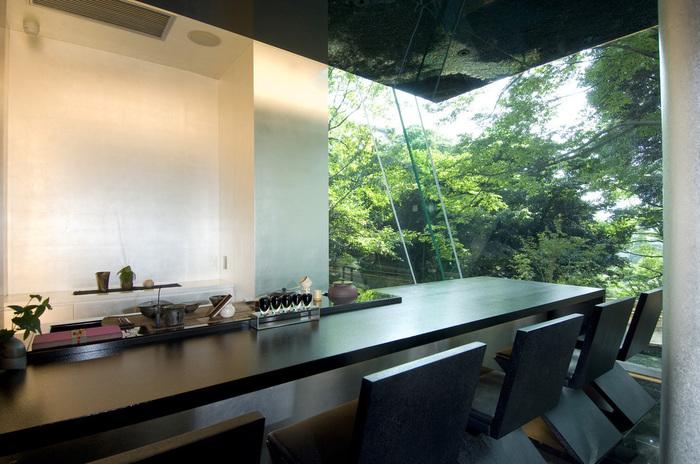 """辻口さんが世界初の試みとして挑戦する「和」と「スイーツ」の新しい融合""""コンセプトG""""を具現化したモダンなお茶室では、最高級日本茶の代名詞「宇治の本玉露」と石川県の食材をふんだんに使用したオリジナルスイーツのコース(完全予約制)を堪能することもできます。"""