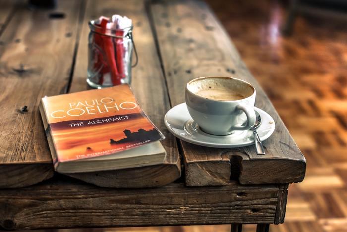 忙しい日々を忘れて息抜きをしたい時は、空いた時間に気軽に立ち寄れて、ゆったりした時間を過ごしながら本が読めるブックカフェはいかがでしょうか?美味しいコーヒーやお酒を飲みながら、お気に入りの本を片手にのんびり過ごしてみましょう。