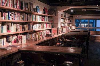 扉の奥には、オーナーの森俊介さんがセレクトした蔵書が1万冊以上置かれています。お好きな席で、ゆったりとしながらお気に入りの本を手に取ってみましょう。