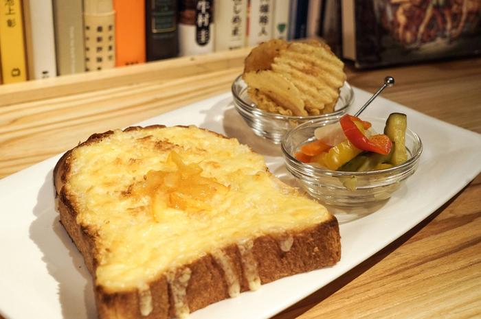 デイタイムで人気のバルミューダで焼いたトーストは、チーズがトロトロでおいしそう。ウーロン茶やオレンジジュースなどのフリードリンク8種類も飲めますので、お酒を飲まない方でも色々飲み物を愉しめますよ。