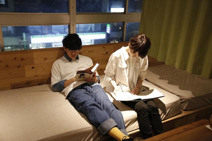 こちらでは、「読書を押し付けるのではなく、なんとなく本を手に取ってみたくなる空間」がコンセプト。座席以外でも、ふんわりとしたマットに腰をかけて本を読む事もでき、心も体も休まります。