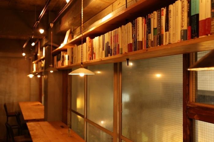 京王「新線」初台駅 南口徒歩20秒の雑居ビルの2階にあります。店内は暖かい光の中でゆったりと本を読むことができる空間。オーダーする飲食物の価格や数で、席料が変動するちょっと変わった料金体系で、4時間~1.5時間と様々な形態で滞在できます。