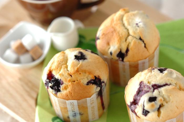 青紫色がキレイなブルーベリーマフィンのレシピです。フレッシュブルーベリーを使っているところがポイント。おやつだけでなく朝ごはんにもぴったりのスイーツですね。