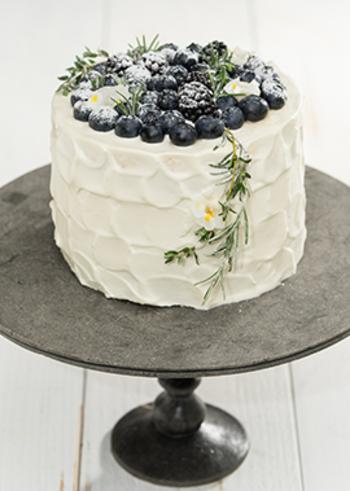 素敵なデコレーションのとっておきケーキ!市販のスポンジケーキを使うので、デコレーションだけ頑張ればあとは簡単♪ブルーベリーはケーキの中にもサンドして濃厚に。タイムやローズマリーなどのハーブ、エディブルフラワーを組み合わせて、風味と見た目を同時にアップ♪
