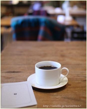 寺山修司の短歌にちなんだコーヒーなどが人気で、ブレンドによって文学者の名前が付けられています。OBSCURA COFFEE ROASTER(三軒茶屋)のコーヒー豆を使用。ページをめくれば、気分は文豪。どんな本と出会えるだろう?