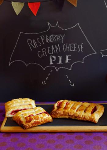 クリームチーズ×ベリーもおすすめコンビのひとつ。こちらのパイは、市販のパイシートとラズベリージャムを使うので、材料もそろえやすいレシピです。お手軽に本格デザートパイの出来上がり!