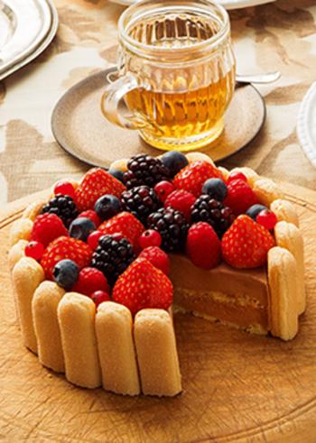 ベリー×チョコレートの、ムースケーキです。市販のスポンジケーキとビスケットを使うので、それほど手間もかかりません。こちらも好きなベリーを組み合わせてみましょう。誕生日ケーキやクリスマスケーキにも合いそうです♪