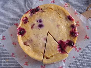 ベリー×クリームチーズと思いきや、ヨーグルトを使ったベイクドチーズケーキ!冷凍のミックスベリーを使っています。ヨーグルトとベリーでさっぱり味に仕上がるので、チーズケーキが重く感じてしまう人にもおすすめですよ♪