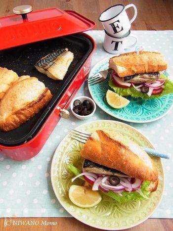 ホットプレートで皆で楽しみながら作れるサバサンド。焼くのは塩サバとバゲットのみで、後は切ったお野菜を挟むだけ。塩サバを焼く時は、ホットプレートの片側だけを使えば、匂いがパンに移りません。お好みでレモンを絞って、召し上がれ♪